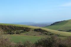Gestalten Sie Ansicht des Southdowns an einem hellen sonnigen Januar-Tag landschaftlich Stockbild