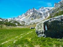 gestalten Sie Ansicht in die großartigen Winkel der Devero-Alpe in a landschaftlich Stockbilder