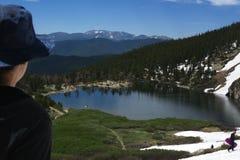 Gestalten Sie Ansicht mit Berg und Bäume und kleine Seen landschaftlich stockfotografie