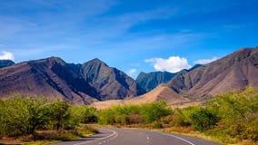 Gestalten Sie Ansicht von Bergen auf West-Maui und der Straße landschaftlich Stockbild