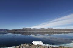 Gestalten Sie Ansicht von Bergen von der Gemeinschaft von Qikiqtarjuaq, Broughton-Insel landschaftlich Stockbild
