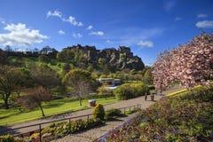 Gestalten Sie Ansicht von Edinburgh-Schloss vom Park landschaftlich Stockfotografie
