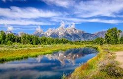 Gestalten Sie Ansicht von großartigen Teton-Bergen mit Wasserreflexion landschaftlich, Stockfoto