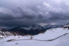 Gestalten Sie Ansicht von Hochtor-Tunnel auf der hohen alpinen Straße Grossglockner landschaftlich Blicken in Richtung Heiligenbl Stockfotos