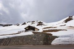 Gestalten Sie Ansicht von Hochtor-Tunnel auf der hohen alpinen Straße Grossglockner landschaftlich Blicken in Richtung Heiligenbl Lizenzfreie Stockfotografie