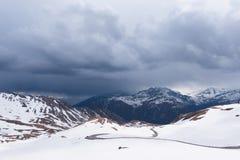Gestalten Sie Ansicht von Hochtor-Tunnel auf der hohen alpinen Straße Grossglockner landschaftlich Blicken in Richtung Heiligenbl Lizenzfreie Stockbilder