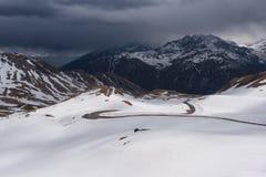 Gestalten Sie Ansicht von Hochtor-Tunnel auf der hohen alpinen Straße Grossglockner landschaftlich Blicken in Richtung Heiligenbl Stockfotografie