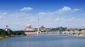 Gestalten Sie Ansicht von Putra-Moschee und von Bürogebäude des Premierministers in Putrajaya, Malaysia während des Morgens lands lizenzfreie stockfotografie