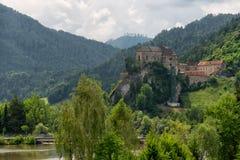 Gestalten Sie Ansicht von Schloss Burg Rabenstein über der MUR River Valley, Steiermark, Österreich landschaftlich lizenzfreies stockbild