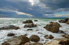 Gestalten Sie auf dem Meer, Brandung auf dem felsigen Ufer mit stürmischem Himmel, Krim, Sudak landschaftlich Stockfotos