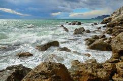 Gestalten Sie auf dem Meer, Brandung auf der felsigen Küste, Krim, Sudak landschaftlich Stockfotografie