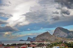 Gestalten Sie auf dem Seebad mit schönen Bergen und malerischem Himmel, Krim landschaftlich Stockbilder