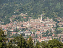 Gestalten Sie auf der Stadt von Clusone von der Berghütte landschaftlich, die San Lucio genannt wird Stockfotos