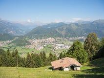 Gestalten Sie auf der Stadt von Clusone von der Berghütte landschaftlich, die San Lucio genannt wird Stockfotografie