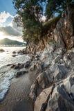 Gestalten Sie bei Sonnenaufgang von hohen Klippen auf Seeufer landschaftlich stockfoto