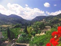 Gestalten Sie Bild des ruhigen Gartens, der Berge und des bewölkten Himmels, Majorca landschaftlich Stockfoto