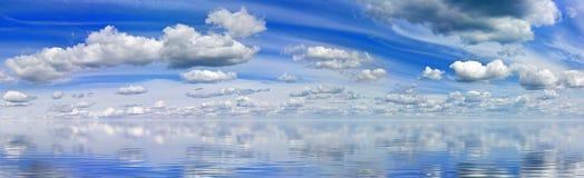 gestalten Sie Bild des Wassers und des blauen Himmels landschaftlich Stockfotos