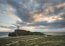 Gestalten Sie Bild von Twr Mawr-Leuchtturm auf Insel Ynys Llanddwyn landschaftlich lizenzfreie stockfotos