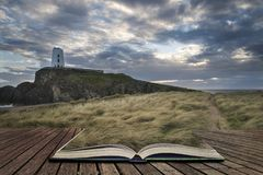 Gestalten Sie Bild von Twr Mawr-Leuchtturm mit windigem grasartigem footpat landschaftlich lizenzfreies stockbild