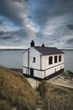 Gestalten Sie das Bild des Überbleibsels verlassen landschaftlich, Haus auf England S fischend Stockfotografie