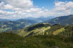 Gestalten Sie in den österreichischen Alpen mit Straßen und einem See und in einem Haus landschaftlich Stockbild