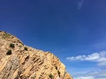 Gestalten Sie in den Bergen und im dunkelblauen Himmel mit Wolken landschaftlich Stockfoto