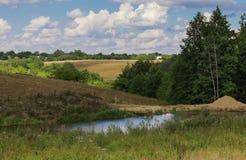 Gestalten Sie den Dorfsommer landschaftlich Stockbilder