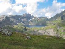 Gestalten Sie in den Lofoten-Inseln nahe a-Dorf landschaftlich Stockfoto