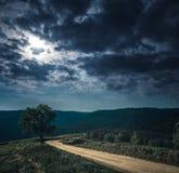 Gestalten Sie in der Beschaffenheit des Himmels mit bewölktem und der Fahrbahn durch Vorderteile landschaftlich Lizenzfreie Stockfotografie
