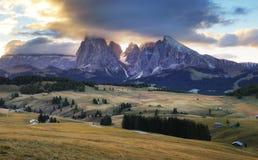 Gestalten Sie in der Sommerweide landschaftlich und ragen Sie, Alpe di Siusi, Dolomit empor Stockfotos