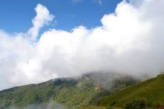 Gestalten Sie draußen vibrierenden Farbhimmel im Winter mit Wolke landschaftlich Stockfotografie