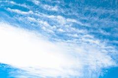 Gestalten Sie draußen vibrierenden Farbhimmel im Winter mit Wolke landschaftlich Lizenzfreies Stockbild