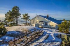 Gestalten Sie durch das Meer im Winter landschaftlich (Kabine) Stockfotografie
