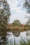 Gestalten Sie entlang dem Fluss Kromme Aare im Stadtbezirk von aan Höhle Rijn Alphen landschaftlich Lizenzfreies Stockfoto