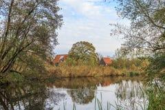 Gestalten Sie entlang dem Fluss Kromme Aare im Stadtbezirk von aan Höhle Rijn Alphen landschaftlich Stockbilder