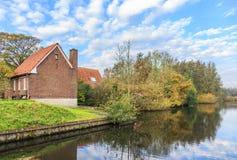 Gestalten Sie entlang dem Fluss Kromme Aare im Stadtbezirk von aan Höhle Rijn Alphen landschaftlich Stockfotografie