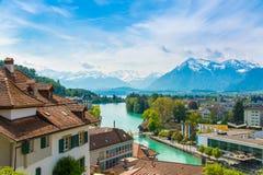 Gestalten Sie entlang See Thun landschaftlich, die Schweiz mit der Ansicht von Thun-Stadt Lizenzfreies Stockfoto