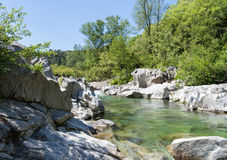 Gestalten Sie Flussstrom Ardeche in sonnigen Felsen und Bäumen Cevennes landschaftlich stockfotos