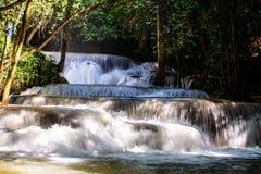 Gestalten Sie Foto, Huay Mae Kamin Waterfall, erstaunlicher Wasserfall im wunderbaren Herbstwald, schöner Wasserfall im Regenwald lizenzfreie stockbilder