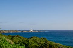 Gestalten Sie Fotografie eines Leuchtturmes von Menorca bis zum Tag mit Felsen und Meer landschaftlich Schöne Landschaft stockbilder