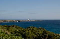Gestalten Sie Fotografie von einem der bekanntesten Plätze in Menorca auf der Küste mit einem Leuchtturm landschaftlich lizenzfreie stockfotografie