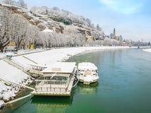 Gestalten Sie Green River des blauen Himmels der Ansichtwinterschneejahreszeit Kreuzfahrt in Salzburg landschaftlich Stockfotos