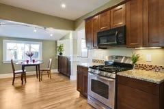 Gestalten Sie Küche mit hölzernem Bodenbelag um Lizenzfreie Stockfotografie