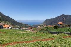 Gestalten Sie Madeira mit Bergen, Häusern und der Landwirtschaft landschaftlich Lizenzfreies Stockbild
