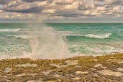 Gestalten Sie Marinesoldaten, Ozean oder Meer mit großen Wellen landschaftlich Lizenzfreie Stockbilder