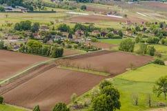 Gestalten Sie mit Ackerland in der Nähe von dem Dorf von Domme landschaftlich Lizenzfreies Stockfoto
