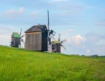 Gestalten Sie mit alten ländlichen Windmühlen in der Landschaft landschaftlich Lizenzfreie Stockfotografie