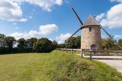 Gestalten Sie mit alter Windmühle in Frankreich, Normandie landschaftlich Lizenzfreie Stockbilder