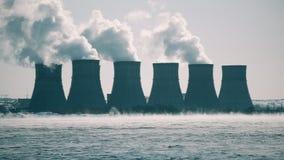 Gestalten Sie mit Ansicht des Atomkraftwerks oder des NPP von abkühlendem Teich landschaftlich stock video footage
