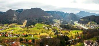 Gestalten Sie mit Bergen in Celje, Slowenien tagsüber landschaftlich Stockfotografie